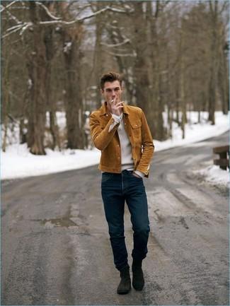 Cómo combinar: botines chelsea de ante en marrón oscuro, vaqueros azul marino, jersey de pico blanco, chaqueta estilo camisa de ante en tabaco