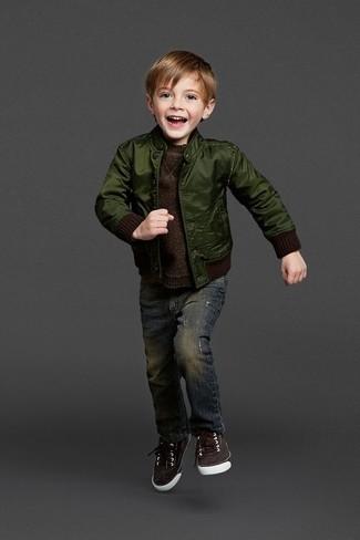 Cómo combinar: zapatillas en marrón oscuro, vaqueros azul marino, jersey en marrón oscuro, cazadora de aviador verde oscuro