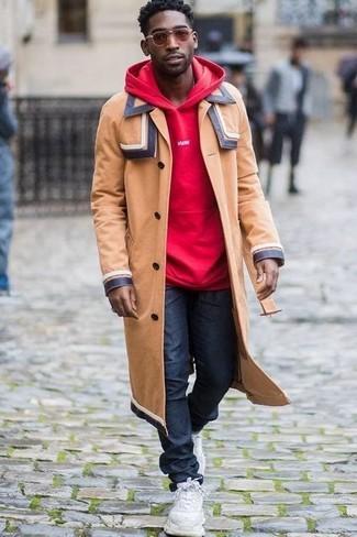 Cómo combinar: deportivas blancas, vaqueros azul marino, sudadera con capucha roja, abrigo largo marrón claro