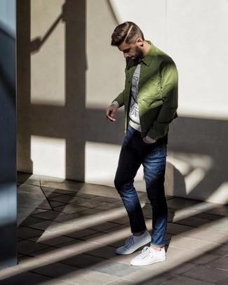 Cómo combinar: tenis blancos, vaqueros azul marino, sudadera estampada gris, chaqueta estilo camisa verde oliva