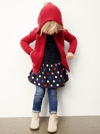Cómo combinar: botas en beige, vaqueros azul marino, vestido a lunares negro, sudadera con capucha de punto roja