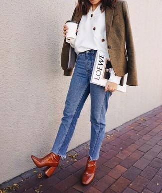 Combinar unos botines de cuero en tabaco: Usa un blazer de lana marrón y unos vaqueros azules para cualquier sorpresa que haya en el día. Botines de cuero en tabaco son una opción inmejorable para completar este atuendo.