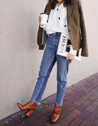 Cómo combinar: botines de cuero en tabaco, vaqueros azules, blusa de botones blanca, blazer de lana verde oliva