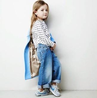 Cómo combinar: zapatillas grises, vaqueros azules, blusa de manga larga a lunares blanca, abrigo celeste