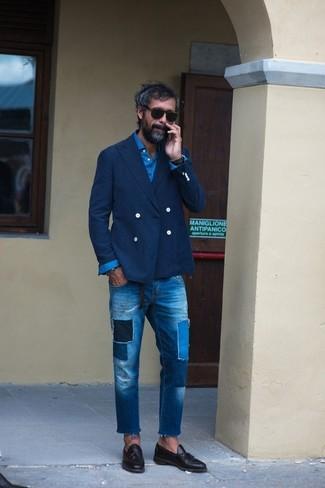 Cómo combinar: mocasín con borlas de cuero negro, vaqueros de patchwork azules, camisa de manga larga azul, blazer cruzado azul marino