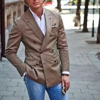 Cómo combinar: pañuelo de bolsillo estampado en beige, vaqueros azules, camisa de manga larga blanca, blazer cruzado marrón