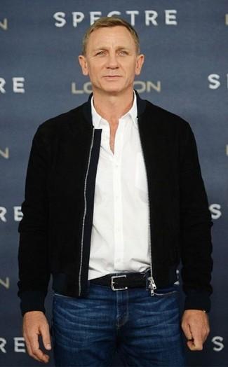 Look de Daniel Craig: Correa de cuero tejida negra, Vaqueros azules, Camisa de manga larga blanca, Cazadora de aviador negra
