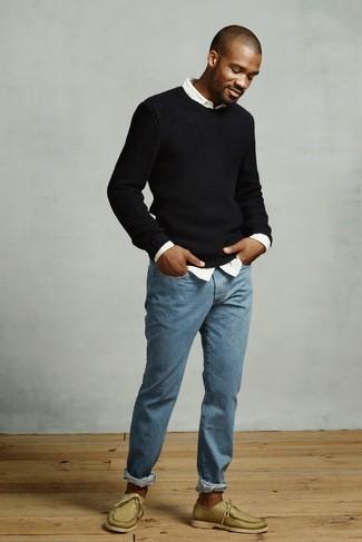 Cómo combinar: náuticos de cuero verde oliva, vaqueros azules, camisa de manga larga blanca, jersey con cuello circular negro