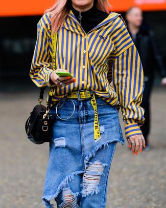 Cómo combinar: bolso bandolera de cuero negro, vaqueros desgastados azules, camisa de vestir de rayas verticales amarilla, jersey de cuello alto negro