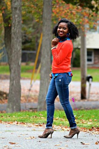 Cómo combinar: zapatos de tacón de ante de leopardo marrón claro, vaqueros azules, camisa de vestir de tartán azul, jersey con cuello circular rojo