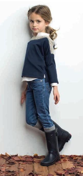 Cómo combinar: botas de lluvia negras, vaqueros azules, camisa de vestir blanca, jersey azul marino