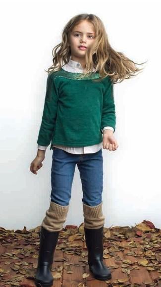 Cómo combinar: botas de lluvia negras, vaqueros azules, camisa de vestir blanca, jersey verde oscuro
