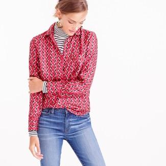Cómo combinar: pendientes en beige, vaqueros azules, camisa de vestir estampada rosa, jersey de cuello alto de rayas horizontales en blanco y negro