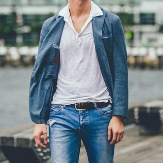Cómo combinar: correa de cuero tejida en marrón oscuro, vaqueros desgastados azules, camisa polo de lino blanca, blazer azul