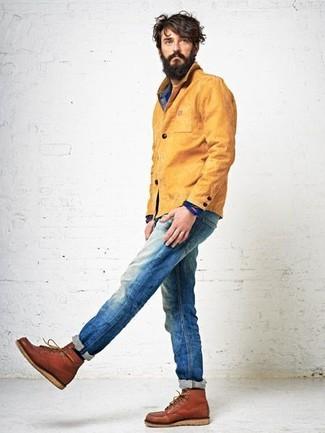 Cómo combinar: botas casual de cuero en tabaco, vaqueros azules, camisa vaquera azul, chaqueta con cuello y botones mostaza