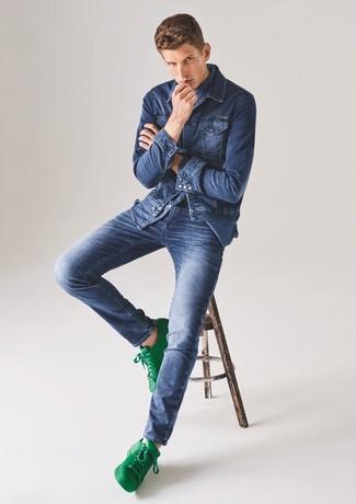 Combinar unos tenis de cuero en blanco y verde: Casa una chaqueta vaquera azul junto a unos vaqueros azules para cualquier sorpresa que haya en el día. Tenis de cuero en blanco y verde son una opción buena para completar este atuendo.
