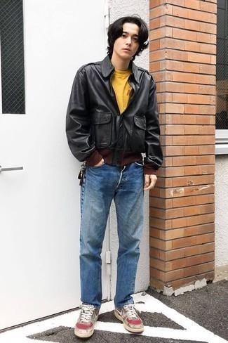 Outfits hombres en otoño 2020: Opta por una chaqueta motera de cuero negra y unos vaqueros azules para conseguir una apariencia relajada pero elegante. Tenis de cuero grises son una opción buena para complementar tu atuendo. ¿Buscas un atuendo otoñal? No tiene que buscar  más : esta es una opción ideal.