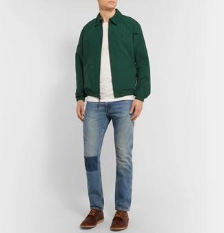 Cómo combinar: zapatos derby de cuero marrónes, vaqueros azules, camiseta con cuello circular blanca, cazadora harrington verde oscuro