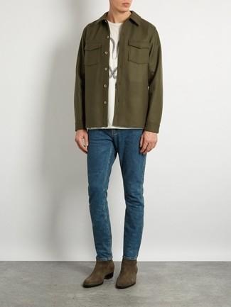 Cómo combinar: botines chelsea de ante verde oliva, vaqueros azules, camiseta con cuello circular estampada blanca, chaqueta estilo camisa verde oliva