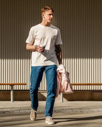 Cómo combinar: tenis de ante en beige, vaqueros azules, camiseta con cuello circular blanca, sudadera con capucha rosada