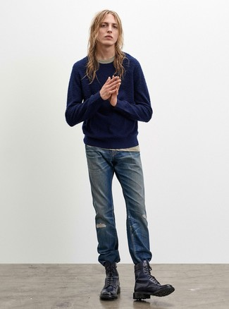 Cómo combinar: botas casual de cuero azul marino, vaqueros desgastados azules, camiseta con cuello circular en beige, jersey con cuello circular azul marino