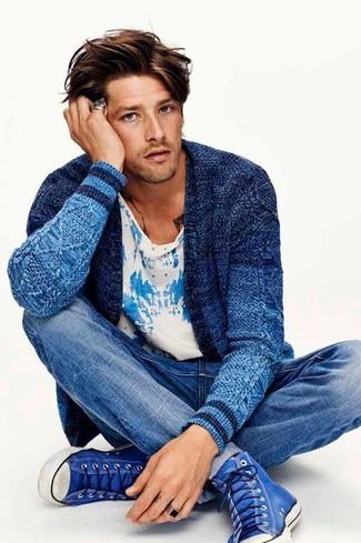 Cómo combinar: zapatillas altas azules, vaqueros azules, camiseta con cuello circular estampada en blanco y azul, cárdigan de punto azul