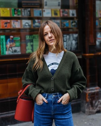 Cómo combinar: mochila con cordón de cuero roja, vaqueros azules, camiseta con cuello circular estampada en blanco y azul, cárdigan de punto verde oscuro
