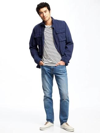 Combinar unas zapatillas plimsoll blancas: Casa una chaqueta campo azul marino con unos vaqueros azules para un almuerzo en domingo con amigos. Zapatillas plimsoll blancas son una opción inigualable para complementar tu atuendo.