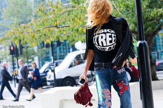 Cómo combinar: cartera sobre de ante burdeos, vaqueros bordados azules, camiseta con cuello circular estampada en negro y blanco, chaqueta motera de cuero сon flecos negra