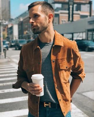 Cómo combinar: correa de cuero negra, vaqueros azules, camiseta con cuello circular gris, chaqueta estilo camisa de ante en tabaco