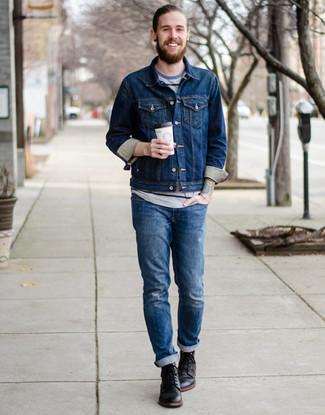 Cómo combinar: botas casual de cuero negras, vaqueros desgastados azules, camiseta con cuello circular de rayas horizontales gris, chaqueta vaquera azul marino