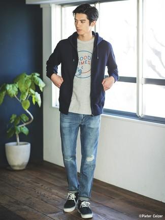 Cómo combinar: tenis azul marino, vaqueros desgastados azules, camiseta con cuello circular estampada gris, sudadera con capucha azul marino