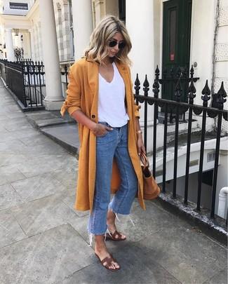 Combinar unas sandalias planas de cuero en marrón oscuro: Opta por un abrigo duster naranja y unos vaqueros azules para crear una apariencia elegante y glamurosa. ¿Quieres elegir un zapato informal? Haz sandalias planas de cuero en marrón oscuro tu calzado para el día.