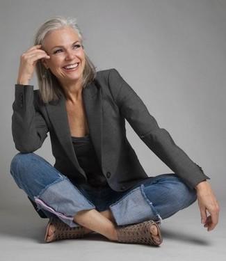 Cómo combinar: botines de cuero con recorte grises, vaqueros azules, camiseta con cuello en v en gris oscuro, blazer en gris oscuro