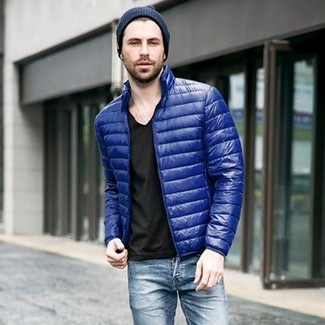 Cómo combinar: gorro azul marino, vaqueros azules, camiseta con cuello en v negra, plumífero azul