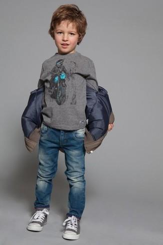 Cómo combinar: zapatillas grises, vaqueros azules, camiseta de manga larga gris, chaqueta marrón