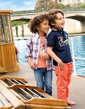 Cómo combinar: vaqueros azules, camiseta estampada naranja, camisa de manga larga de tartán en blanco y rojo