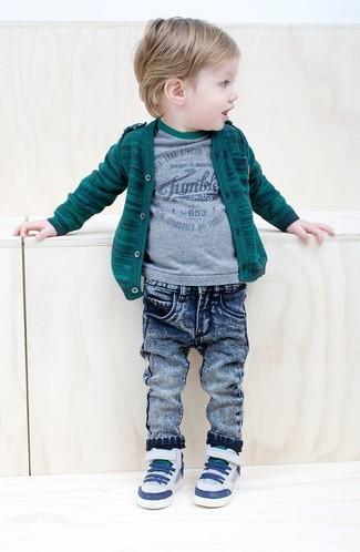 Cómo combinar: zapatillas blancas, vaqueros azules, camiseta gris, cárdigan verde oscuro