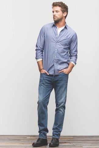 Cómo combinar: botas safari de cuero negras, vaqueros azules, camiseta henley de manga larga blanca, camisa de manga larga azul