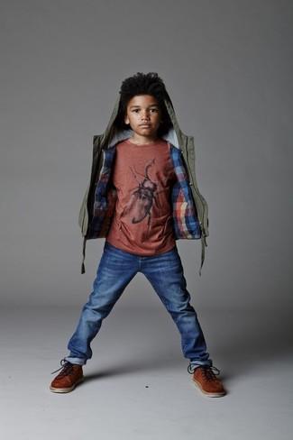 Cómo combinar: botas marrónes, vaqueros azules, camiseta roja, chaqueta verde oliva