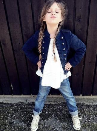 Cómo combinar: zapatillas blancas, vaqueros azules, camiseta sin manga blanca, chaqueta azul marino