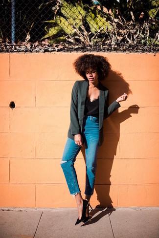 Cómo combinar: zapatos de tacón de ante negros, vaqueros desgastados azules, camiseta sin manga de seda negra, blazer negro