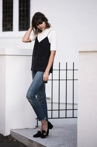 Cómo combinar: zapatos de tacón de ante negros, vaqueros azules, camiseta sin manga negra, camiseta con cuello circular blanca