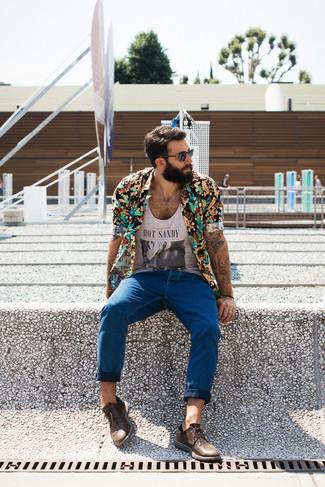 Combinar una camiseta sin mangas plateada estilo casuale: Intenta combinar una camiseta sin mangas plateada con unos vaqueros azules transmitirán una vibra libre y relajada. Con el calzado, sé más clásico y opta por un par de zapatos derby de cuero marrónes.