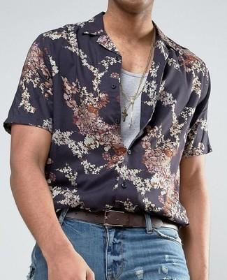 Cómo combinar: correa de cuero en marrón oscuro, vaqueros desgastados azules, camiseta sin mangas gris, camisa de manga corta con print de flores negra