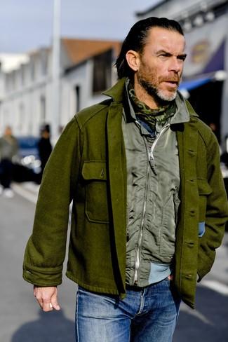 Cómo combinar: bufanda de camuflaje verde oliva, vaqueros azules, chaleco de abrigo verde oliva, chaqueta estilo camisa de lana verde oliva