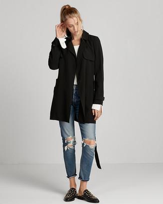 Cómo combinar: mocasín de cuero con tachuelas negros, vaqueros desgastados azules, jersey con cuello circular blanco, gabardina negra