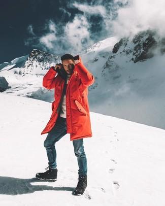 Cómo combinar: botas para la nieve negras, vaqueros azules, jersey con cuello circular blanco, parka roja
