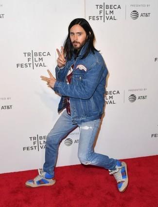 Cómo combinar: zapatillas altas de cuero azules, vaqueros desgastados azules, jersey con cuello circular de rombos burdeos, chaqueta vaquera azul