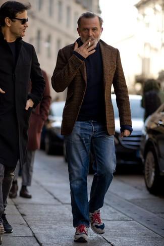Outfits hombres: Para crear una apariencia para un almuerzo con amigos en el fin de semana considera ponerse un blazer de lana de cuadro vichy marrón y unos vaqueros azules. ¿Quieres elegir un zapato informal? Elige un par de deportivas de ante grises para el día.